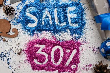 クリスマスと新年の祝日、トップの販売表示を閉じる。30 pct 割引ショップ windows、ショッピング モール、広告の背景概念の有益な銘刻文字が付いて 写真素材