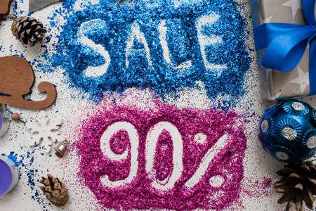 クリスマスと新年の祝日、トップの販売表示を閉じる。90 pct 割引ショップ windows、ショッピング モール、広告の背景概念の有益な銘刻文字が付いて 写真素材