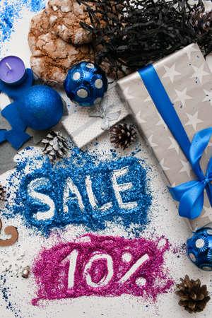 Verkoop op Kerstmis en Nieuwjaarsdagen, bovenaanzicht omgekeerd. Feestelijke decoratie met informatieve inscriptie van 10 pct korting voor etalages, winkelcentra en reclame achtergrondconcept