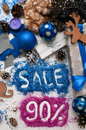 Verkoop op Kerstmis en Nieuwjaarsdagen, bovenaanzicht omgekeerd. Feestelijke decoratie met informatieve inscriptie van 90 pct korting voor etalages, winkelcentra en reclame achtergrondconcept