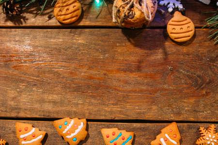 크리스마스 bekary의 축제 배경입니다. 상위 뷰 수 제 진저 쿠키 및 나무 배경, 중간에 여유 공간이 소나무 분기. 가족 축하, 신년 전통과 장식 개념 스톡 콘텐츠