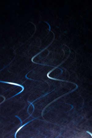 Abstracte achtergrond van witte krullen in beweging op zwart. Bokeh van onscherpe verticale bochten, wazige neonleds, heldere achtergrond vergelijkbaar met magnetisch veld, kracht en elektriciteit Stockfoto
