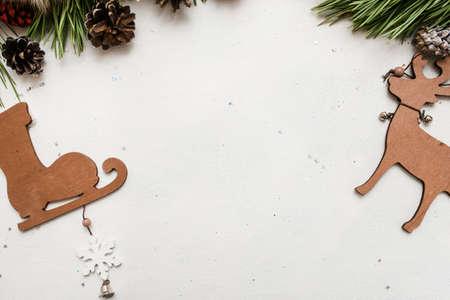 겨울 휴가 장식의 축제 배경입니다. Strobila 및 흰색 배경, 상위 뷰 복사 공간에 나무 장식품 소나무 지점. 축하, 새해, 크리스마스, 수제 장식 개념