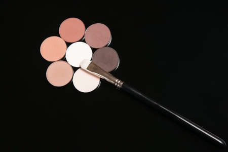Professionele make-up set van cosmetica, bloem oogschaduw close-up. Strobing en contouren van schoonheid concept Stockfoto