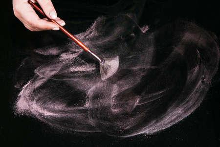 創造的な粉末状抽象色素化粧品トップ ビューを背景します。犯罪科学のテストと同様のアーティスト作業所を作る