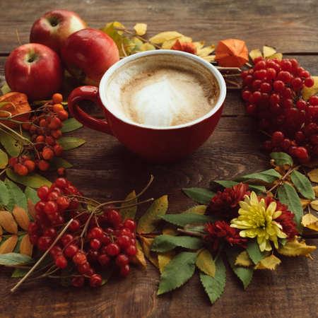 Herfst oogst. Herfstbladeren en bessen assortiment achtergrond. Warme drank concept