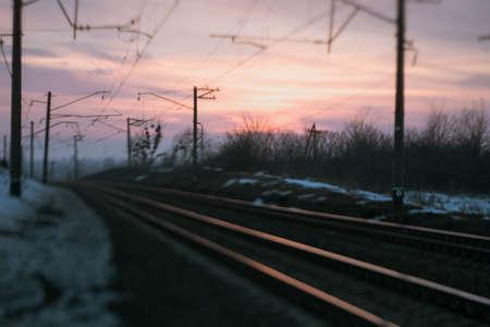 鉄道道路の夕方のコンセプト。抽象的な背景。列車を待ってる 写真素材