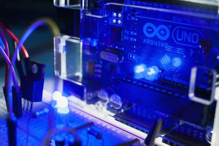 ウクライナ、ハリコフ、05.03.2017。Arduino Uno は、独自のメモリとプロセッサ マイクロ コンピューターです。ブレッド ボードは電子デバイスの試作品 報道画像