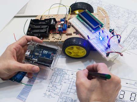 우크라이나, 하르 키우, 05.03.2017. Arduino Uno는 자체 메모리와 프로세서를 갖춘 마이크로 컴퓨터입니다. 브레드 보드는 전자 장치의 프로토 타입을 제작 에디토리얼