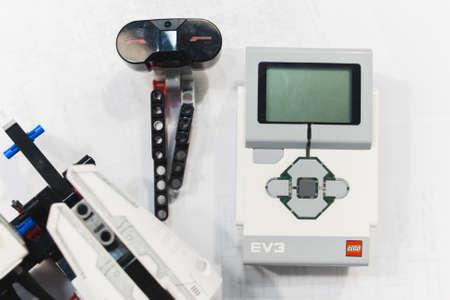 ウクライナ、ハリコフ、05.03.2017。レゴ イブはモーターとセンサーを制御するプログラム可能なインテリジェント モジュールです。トラフィック、 報道画像