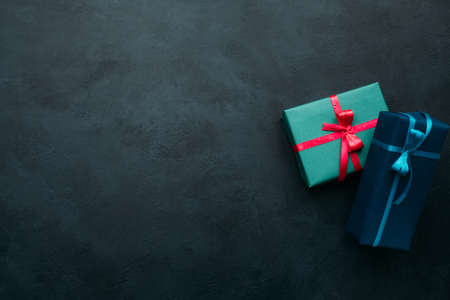 어두운 배경에 두 선물 상자입니다. 남자에게 완벽한 선물을 고르는 문제. 가치있는 보상 개념 스톡 콘텐츠