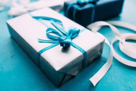 휴일 전문 선물 포장입니다. 아버지 날, 발렌타인 데이, 새 해, 크리스마스, 추수 감사절 및 기타 행사에 대한 가치있는 놀람. 양질의 일 스톡 콘텐츠