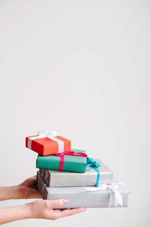 白い背景の上の現在の販売品揃え。様々 な家族の誕生日、クリスマス、新年、他の休日のためのギフト。お祝いの準備