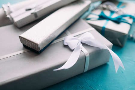 お祝いのプレゼント販売品揃え。誕生日、クリスマス、新年やその他の休日に家族のための贈り物の広い選択。お祝いの準備
