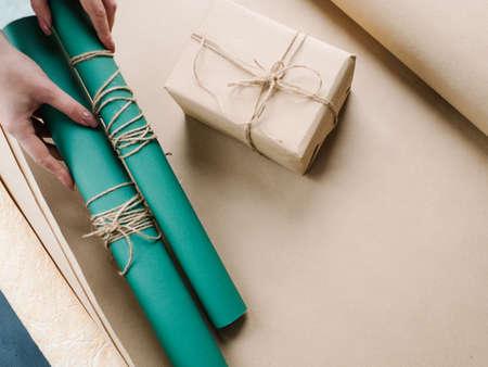 휴일 전문 선물 포장입니다. 아버지 날, 발렌타인 데이, 새 해, 크리스마스, 추수 감사절 및 기타 행사에 대한 가치있는 놀람. 양질의 작업.
