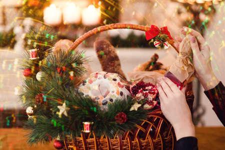Merci di Natale in un cestino. Delizioso cibo festivo. Grande regalo in diverse vacanze. Archivio Fotografico - 90140780