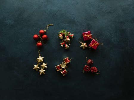 Kerstmisspeelgoed op blauwe achtergrond. Kopieer ruimteconcept