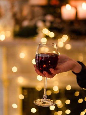 Vrouwenhand die een glas wijn houden. Feestavonddiner aperitief. Sommelier-expertconcept