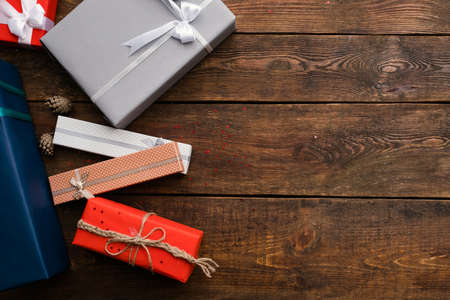 木製の背景に現在販売の品揃え。様々 な家族の誕生日、クリスマス、新年、他の休日のためのギフト。お祝いの準備 写真素材