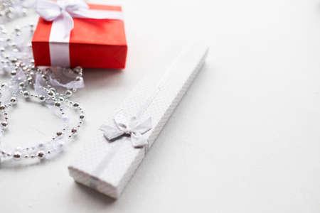 ファッショナブルなアクセサリー、白い背景の上のギフトです。高価な高級ジュエリー誕生日、新年、クリスマス、バレンタインデー、および他の 写真素材