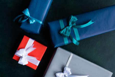 家族の休日は、暗い背景に選択肢を提示します。さまざまな誕生日、新年、クリスマス、感謝祭および他の機会のギフト。祝祭のための準備