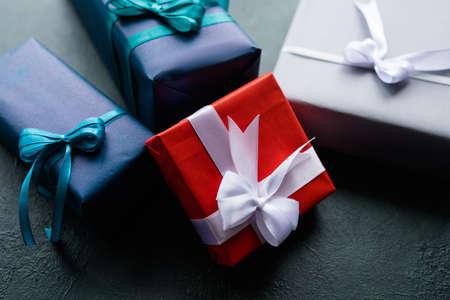 家族の休日は、暗い背景に選択肢を提示します。さまざまな誕生日、新年、クリスマス、感謝祭および他の機会のギフト。お祝いの準備
