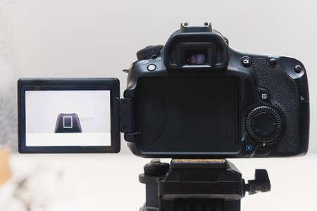 ビデオ作成プロセスの舞台裏の概念。ビデオブログを録画する前に。角度選択。場所の準備。近代的な機器の概念