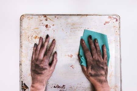 低賃金の職業。汚れた女性はタオルで表面を掃除します。社会格差構想