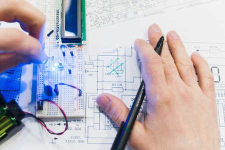 Mechatronisches Breadboard-Konzept des Papierkram-Elektroentwurfs. Robotik-Erstellung mit Mikrocontroller. Studentenexperiment Standard-Bild - 91590198