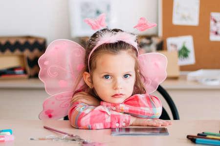 動揺かわいい女の子は、アートレッスンを待ちます。クリエイティブな空間。才能のある小さな子供のための教育。 写真素材