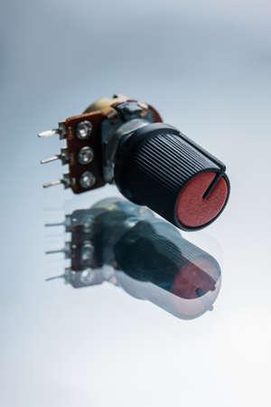白い背景の可変抵抗。電気回路の電流と電圧を調整する装置