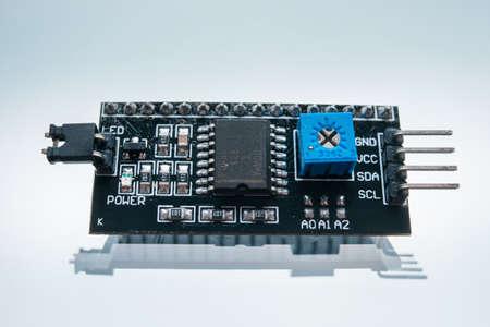 elektronisch onderdeel maken van robotica witte achtergrond concept. radiografisch bestuurbare speelgoedchip. moederbord technologie