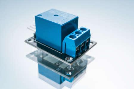白い背景の電子リレー。電気回路を閉じて開くための装置。マイクロエレクトロニクス科学。