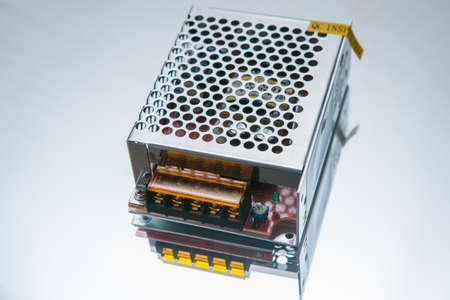 흰색 배경에 변압기 12W입니다. 고전압을 저전압으로 변환합니다. 엔지니어링 구성 요소 스톡 콘텐츠