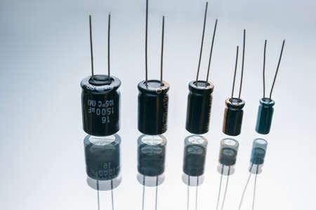 白い背景のバイポーラ電気コンデンサ。マイクロエレクトロニクスコンポーネント。2つの電極の建設 写真素材