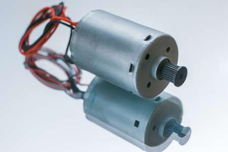 Zylinderförmiger Elektromotor auf weißem Hintergrund. Umwandlung von elektrischer Energie in mechanische Standard-Bild - 93372643