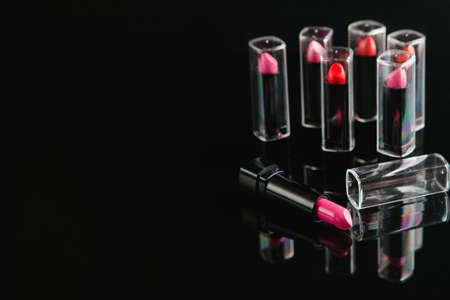 黒の背景に女性の口紅の幅広い選択。美容ブログ。プロのメイクアップコース。フリースペースコンセプト 写真素材