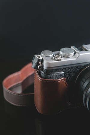 검은 배경에 mirrorless 카메라입니다. 사진 예술. 사진 장비의 특성 및 특성