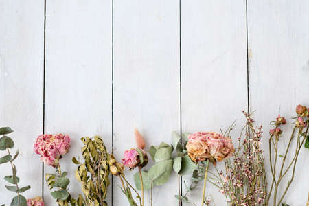 dried shabby chic flowers and twigs on white wooden background. free space concept Banco de Imagens