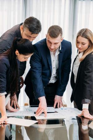 zakelijke briefing. leiderschap. baas praat met zijn team in bestuurskamer, deelt informatie en geeft instructies