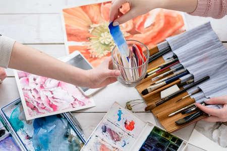 cours d'art de peinture. création de dessins. Échantillons de couleurs. palette d'aquarelle et pinceaux.