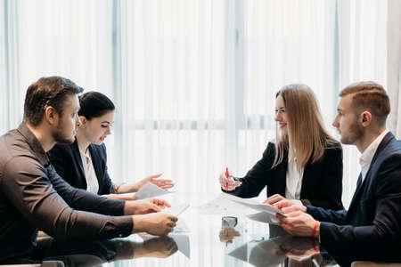 Kommunikation mit dem Geschäftsteam. Partnerverhandlung. Männer und Frauen diskutieren Angelegenheiten im Büroarbeitsbereich