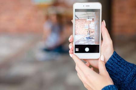 fotografía móvil. pasatiempo creativo y ocio artístico. manos de mujer tomando fotos de un pintor con teléfono inteligente.