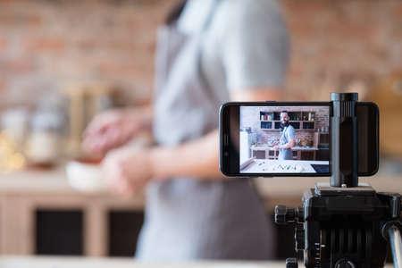 espectáculo culinario online. blogs y transmisión en vivo. cámara del teléfono en trípode de grabación de vídeo.