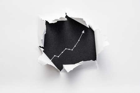 zerrissenes Papier mit exponentiellem Diagramm auf schwarzem Grund. Wachstumsentwicklung Fortschrittskonzept.