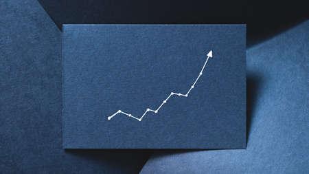 grafico esponenziale su sfondo di carta a strati blu. concetto di progresso di aumento della crescita. Archivio Fotografico