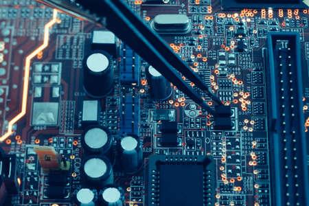 assemblaggio di circuiti stampati. montaggio componenti smd. tecnologia e concetto di programmazione. Archivio Fotografico