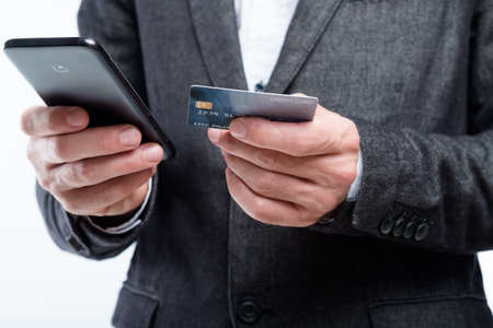 mobile wallet. nfc and digital payment apps. man holding credit card and smartphone. Stockfoto