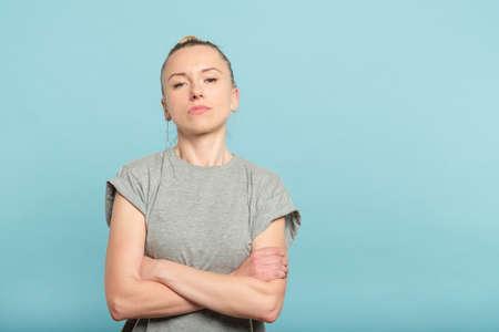 confiada mujer seria con los brazos cruzados. mirada de desafío y seguridad en sí mismo. Foto de archivo