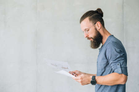 focused man reading documents. information finance report data sheet concept. Banco de Imagens